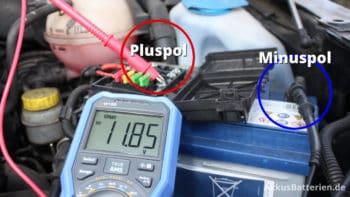 Autobatterie prüfen, Spannung mit Multimeter messen