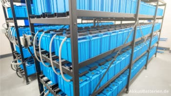 Batterieraum: Solaranlagen und USVs speichern Strom in vielen Batterien