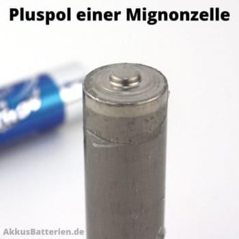Metallbecher einer Mignonzelle bildet den Pluspol