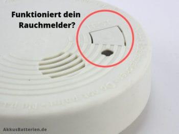 Jeder Rauchmelder hat eine Test-Taste, um die Funktion zu prüfen